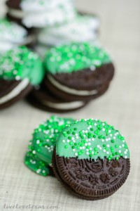 Looking for a last minute, yet easy St. Patrick's Day treat recipe? Check out these Chocolate Dipped Oreos for your party or a festive after school snack!