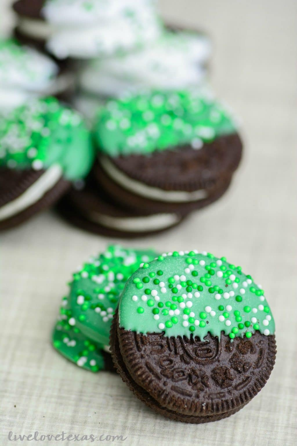 Looking for a last minute, yet easy St. Patrick's Day treat recipe? Check out these Chocolate Dipped Oreos for your party or a festive after school snack! #stpatricksday #stpatricksdayrecipes #stpatricksdaydesserts #stpatricksdayforkids #stpatricksdaycookies #easyrecipes #easydesserts #dessertsforkids