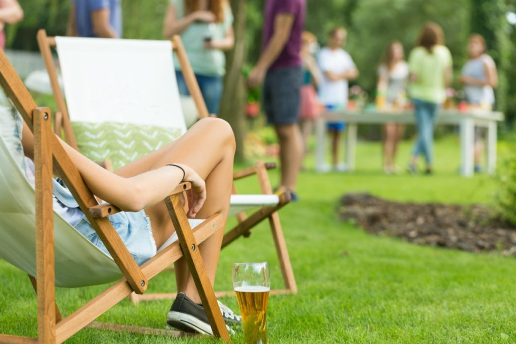 The weather is heating up and the entertaining season is back again. Use these 10 Tips for Throwing a Great Outdoor Party in Summer & Spring for a stress-free get-together!