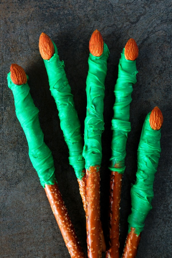 halloween-pretzel-witches-fingers